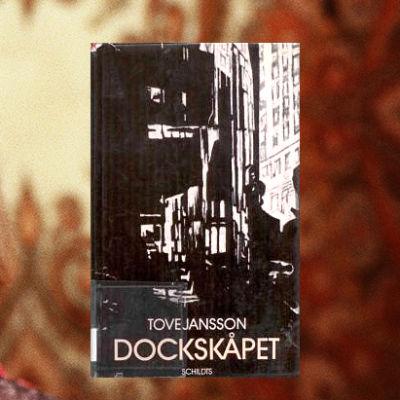 Tove Jansson och bokpärmen till Dockskåpet, Yle/Schildts och Söderströms