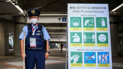 Poliisi partioimassa mediakeskuksen sisäänkäyntiä Tokion olympialaisissa.