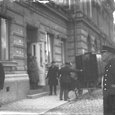 Margit Niininen stiger in i fångvagn utanför stadshuset i Åbo efter rättegång.