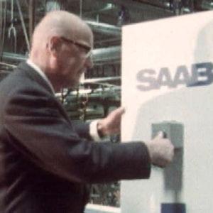 Presidentti Urho Kekkonen painaa käynnistysnappia Saabin tehtailla
