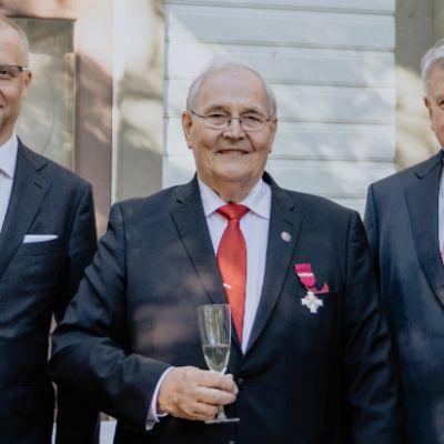 Vasemmalta oikealle SRV:n johtaja Juha Toimela, ylirakennusmestari Erkki Purmonen ja  vuorineuvos Ilpo Kokkila. Kuva on otettu Erkki Purmosen 80-vuotisjuhlassa vuonna 2019.