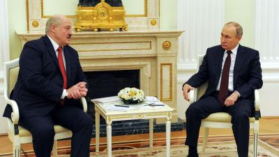 Valko-Venäjän presidentti Aljaksandr Lukašenka tapaamassa Moskovassa Venäjän presidenttiä Vladimir Putinia huhtikuussa 2021.