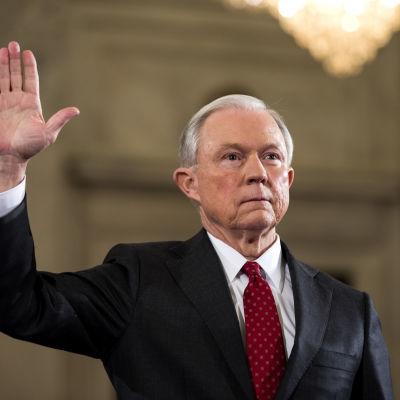 Jeff Sessions förbereder sig för sitt hörande i samband med att han ska sväras in som minister.