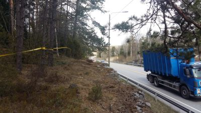 Ett gult band kantar Skärgårdsvägen vid Kårböle-vägskälet. En blå lastbil kör förbi.
