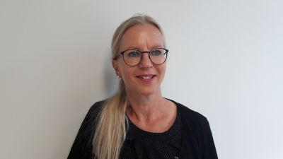 Vd Kaisa-Liisa Harjapää på Esko-Systems Oy på sitt arbetsrum.