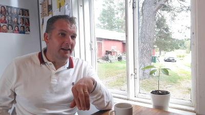 Viktor Kock hemma vid sitt köksbord i Perersöre.