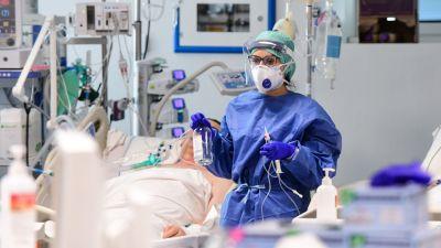 En skötare tar hand om en coronaviruspatient i Lombardiet i Italien.