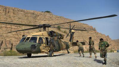 Soldater springer mot en helikopter