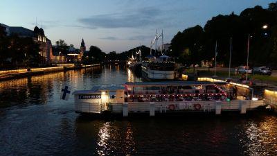 Restaurangbåten Jakke jokilautta kommer till kajen vid Aura å en sen sommarnatt i Åbo.