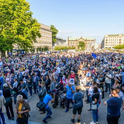 Polacker protesterar mot den polska regeringens krav försök att inskränka på landets pressfrihet.
