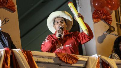 Den peruanske presidentkandidaten Pedro Castello talar till sina anhängare från ett fönster.