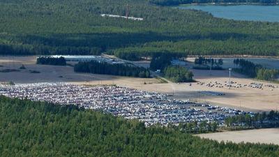 Flygbild över ett parkeringsområde med massor med bilar.