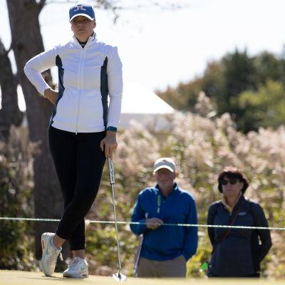 Golfari Matilda Castren odottaa vuoroaan LPGA-kiertueen kisassa.