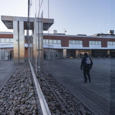 Keski-Suomen keskussairaalan päivystyspoliklinikan lasiseinä.