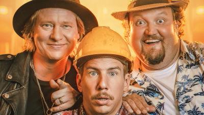 Planschen för filmen Luokkakokous 3 med skådespelarna Jaajo Linnonmaa, Aku Hirviniemi och Sami Hedberg.