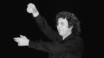 Mikis Theodorakis leder en orkester år 1978.