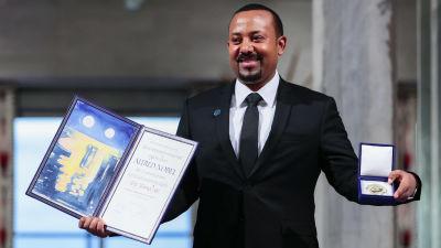 Abiy Ahmed, Etiopiens premiärminister, som står med nobelfredspriset som han fick ta emot år 2019.