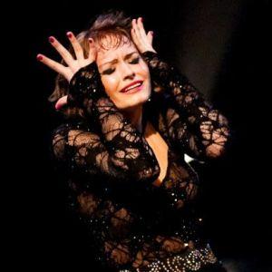 Alina Torbunova fotad i ett dansnummer iförd en mörk dräkt