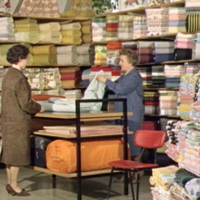 Nainen asioi Keskon kangaskaupassa.