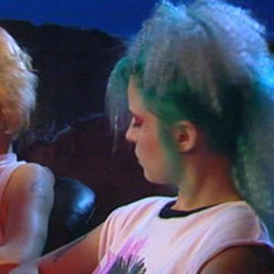 Sami Kiiski eli Läski ja Sanna Rajala eli Saku kertomassa punkkarielämäästä Yöstudio-ohjelmassa 1987