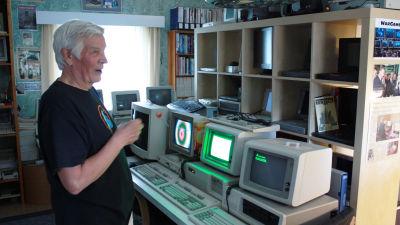 Olavi Kanervisto esittelemässä IBM:n ensimmäisiä kotitietokoneita.