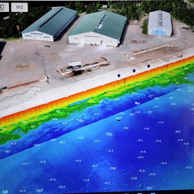 Tietokoneen näytöllä 3D-mallinnettu Hallan satama halleineen ja satama-altaineen.
