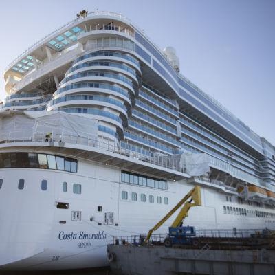 fartyget costa smeralda i stor vit  skepnad