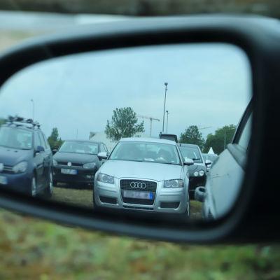 Bilar vid en drive-in-biograf i Tyskland sedda via sidospegeln