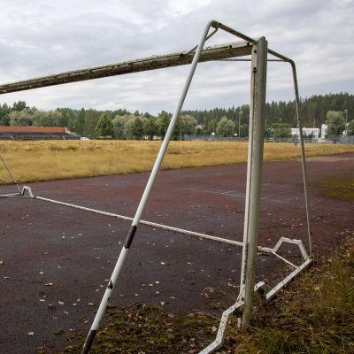juoksusuoran päässä jalkapallomaalit ilman verkkoa