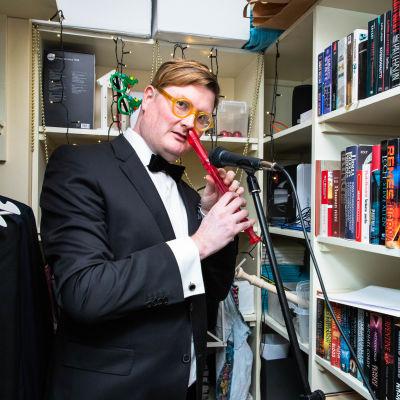 Nenänokkahuilutaitelija Henrik Majava vaatekomerossaan, joka toimii myös studiona.