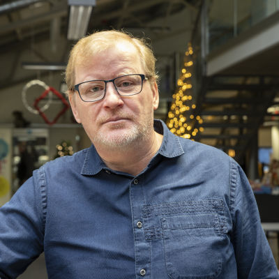 Turun vankilan vartija Pekka Puolitaival seisoo kuvassa.