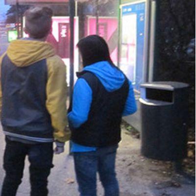 ungt par på busshållplats
