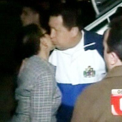 Chavez hyvästelee ihmisiä lentokoneen edessä.