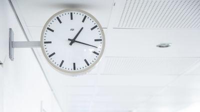 En klocka mot en vit bakgrund.