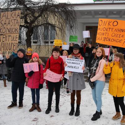 mielenosoitus nuorisotalon puolesta riihimäellä