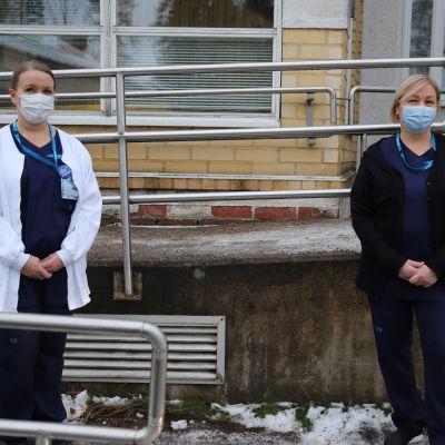 Palvelualuepäällikkö Tiina Lahti ja hygieniakordinaattori Katja Laine Pohjois-Kymen sairaalan pihalla.