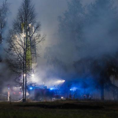 Tornion Miukin vanhan päiväkodin palossa syntyy paljon savua.