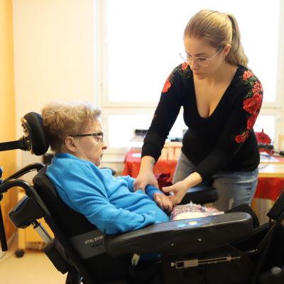 Pirkko Martikainen och hennes personliga assistent Mia Lehto.