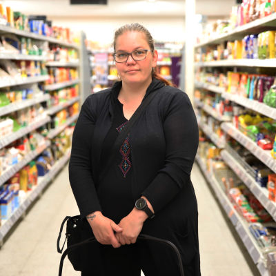 Jaana Nyrkkö ruokakaupassa Kouvolassa.