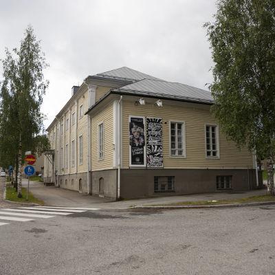 """Kajaanin kaupunginteatterin Sissilinnan seinällä on juliste, jossa lukee """"sissilinnan näyttämö on evakossa seminaarilla 1.8.2020 alkaen""""."""