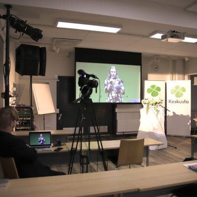 Streamausvälineitä Keskustapuolueen puoluekokouksen etäpisteessä Kajaanissa