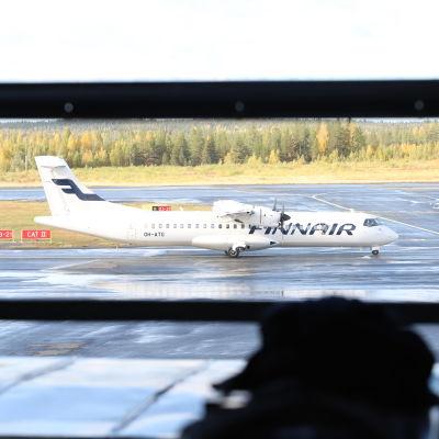 Lentokone kiihdyttää Rovaniemen lentokentällä syyskuussa