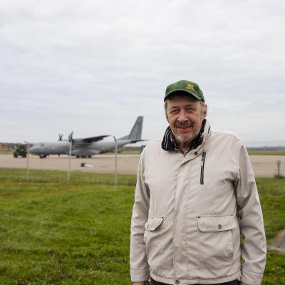 Markku Luukko Kajaanin lentoasemalla Ruska 20-harjoituksen aikaan. Taustalla C-295M kuljetuslentokone.