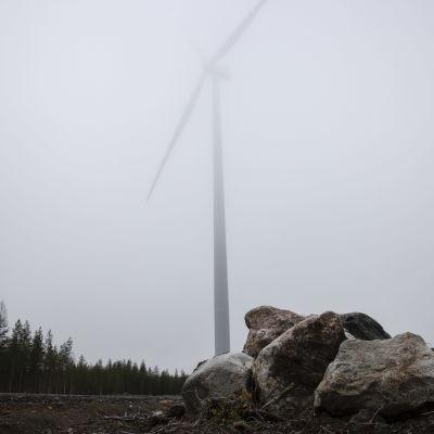 Piiparinmän tuulipuistossa vasta valmistunut tuulivoimala.