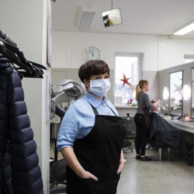 Sara Soini parturi-kampaamo Monassa, jossa kaikki pitävät maskeja.