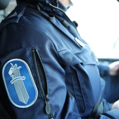 Poliisi autossa.