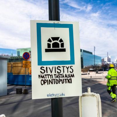 Helsinkiin ilmestyi epätavallisia liikennemerkkejä ja tarroja, joiden takana on Suomen ylioppilaskuntien liitto. Kuvattu 20.4.2021.