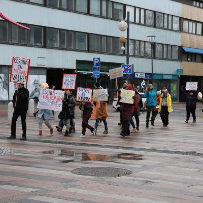 Koronatoimia vastustavat mielenosoitus kulki Seinäjoella.