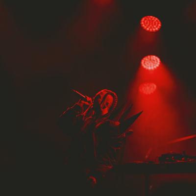 Tommy Cash esiintymässä Kesärauha-festivaaleilla Turussa. Koko lava on valaistu punaisella valolla.