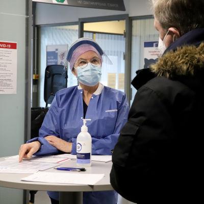 sairaanhoitaja Birgit Salmenhaara Vaalimaan raja-aseman koronatestauspisteellä.